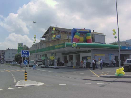 Ansicht der Aegeritalgarage nach erfolgter Modernisierung und Umbau mit Tankstellenshop 2006