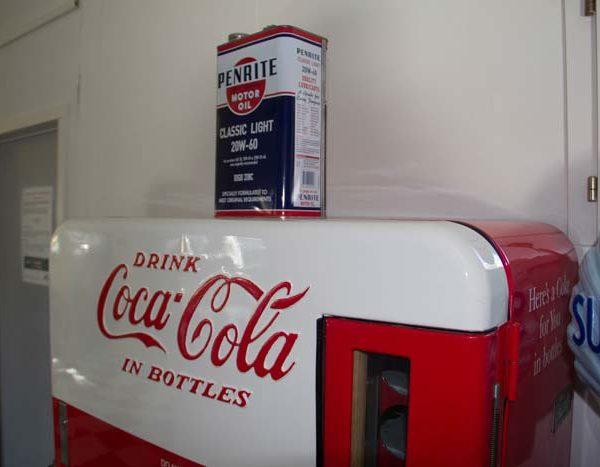 Unser Maskottchen; originaler und voll funktionsfähiger Cola-Automat mit Oeldose