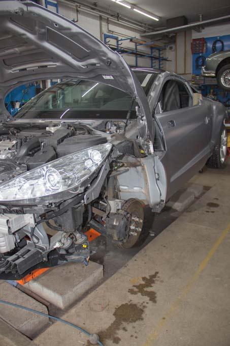 Ein Peugeot RCZ wird nach einem Unfall auf dem Richtbank wieder instandgestellt
