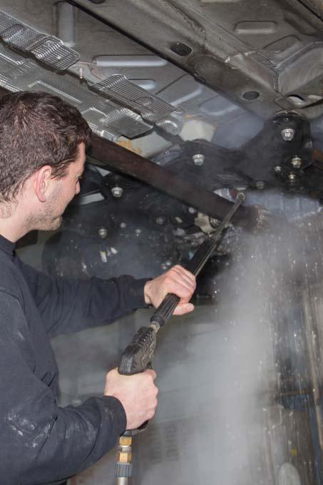 Der Fahrzeugunterboden wird als Vorbereitung zur MFK-Prüfung mit Heisswasser gereinigt